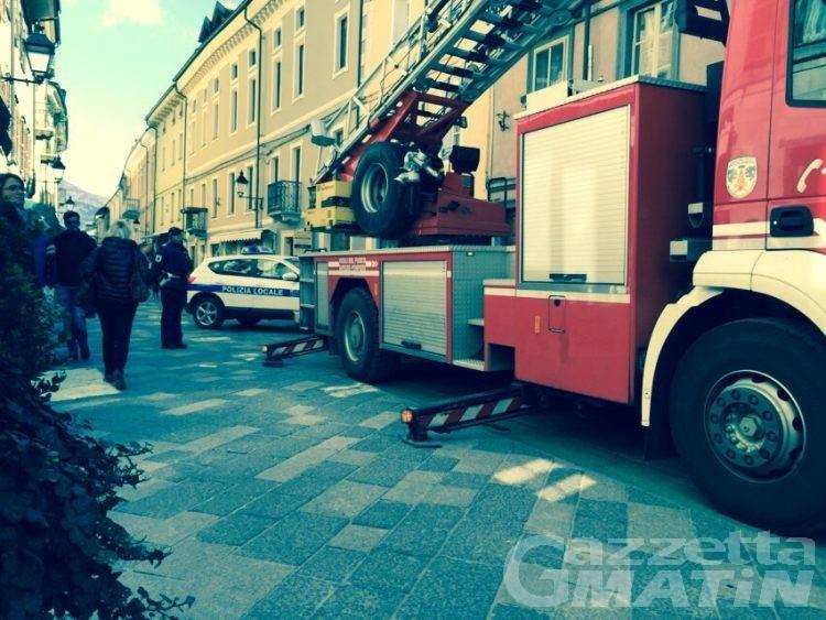 Aosta: crolla un pezzo di cornicione, paura in via Sant'Anselmo