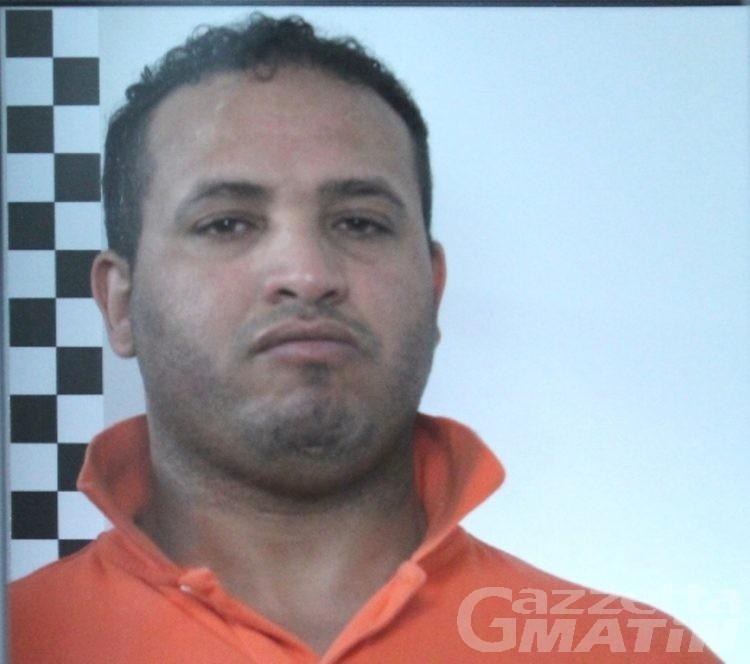 Droga: fermato con due chili di hashish in auto, arrestato
