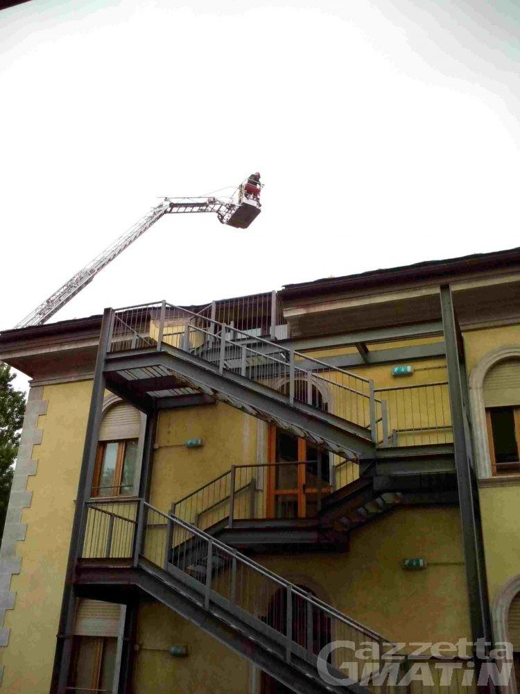 Lose pericolanti sul tetto del liceo artistico: intervento di bonifica dei Vigili del Fuoco