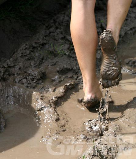Morgex, a piedi nudi sull'erba e nel fango