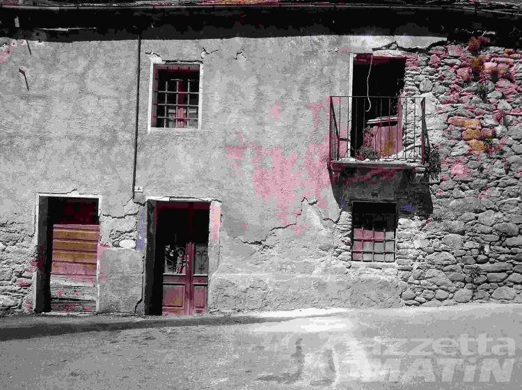 Auto si schianta contro una casa a Valpelline, muore una donna