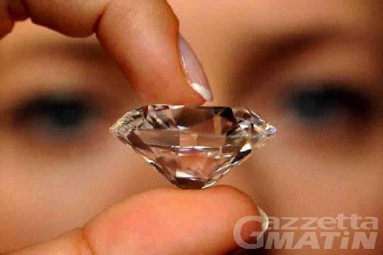 Soldi finti per l'acquisto di diamanti purissimi: quattro denunciati