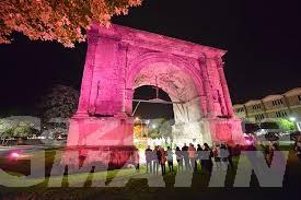 Tumore al seno: Arco d'Augusto si illumina di rosa per aiutare prevenzione