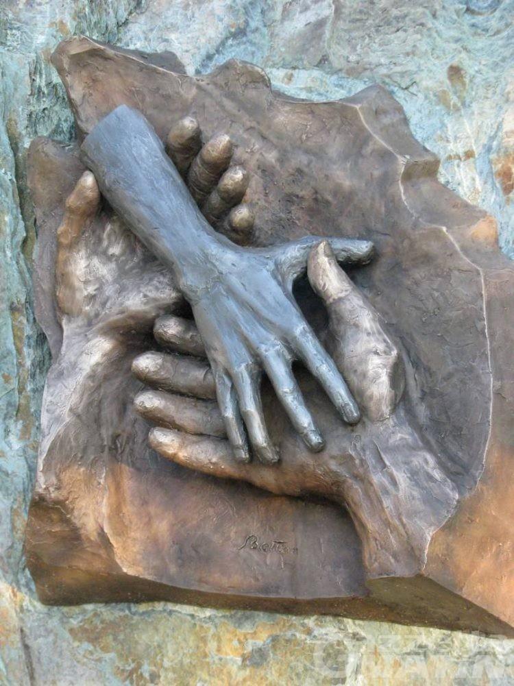 Valpelline, un bassorilievo alla memoria del 'guaritore' Attilio Rolando