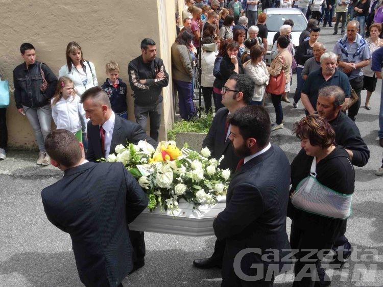 Schianto mortale: folla attonita all'estremo saluto al piccolo Pietro