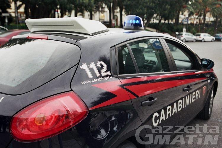 Scippano un anziano, ma un carabiniere fuori servizio li fa arrestare