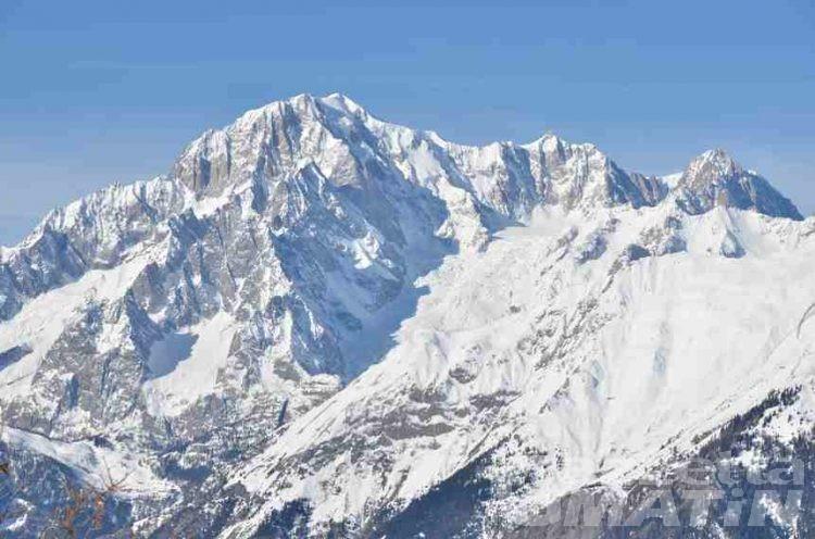 Monte Bianco, tre alpinisti bloccati e in difficoltà: uno è in ipotermia