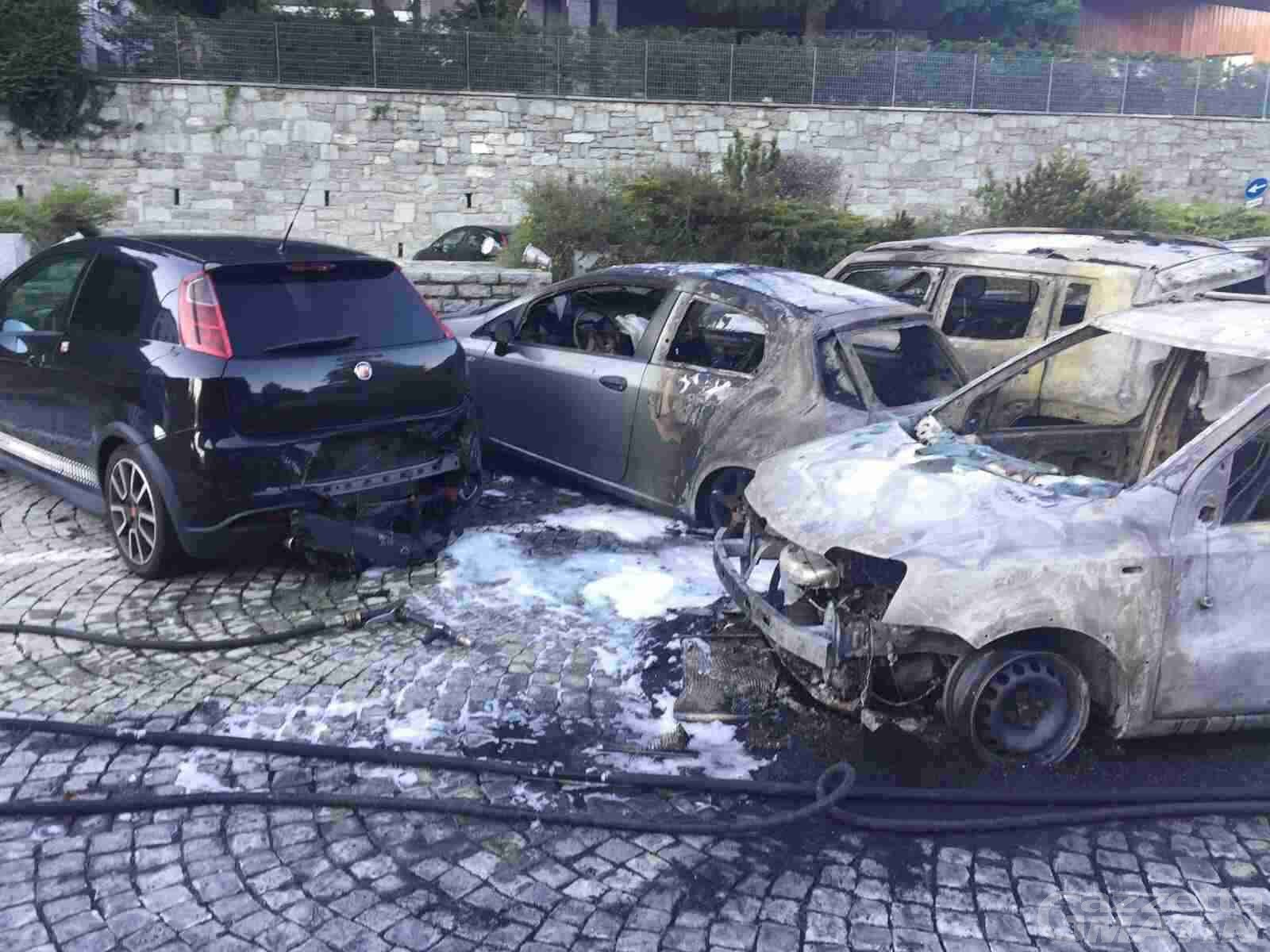 Maxi rogo a St-Vincent, distrutte dieci automobili