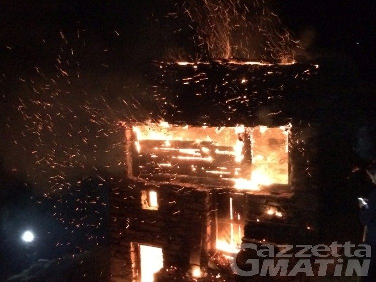 Issime: incendio doloso distrugge alpeggio
