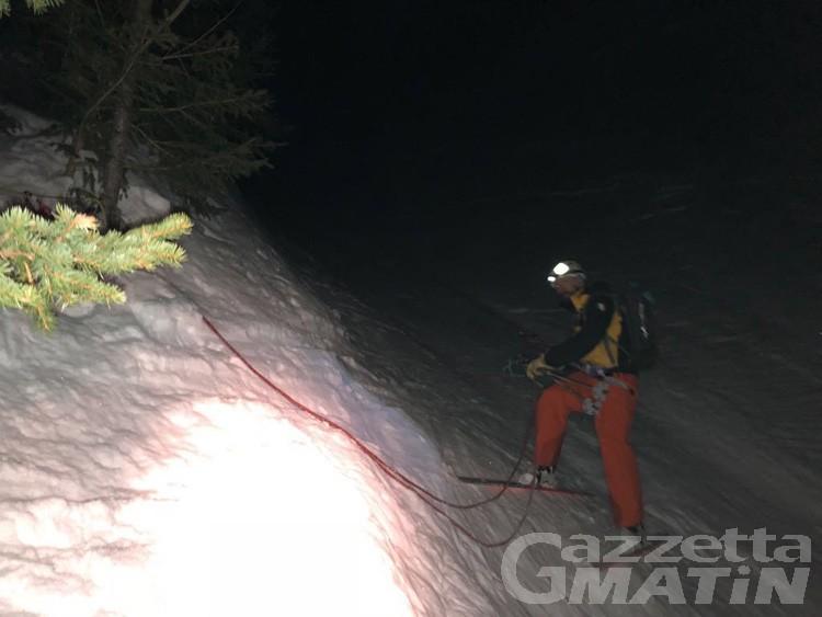 Fuoripista in zona vietata, sciatori soccorsi nella notte a Courmayeur