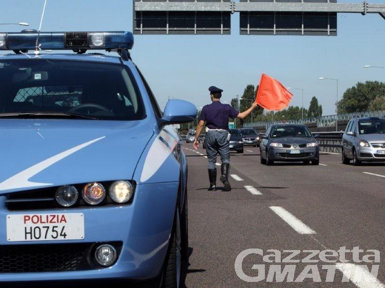 Due auto con sei bambini a bordo in contromano in autostrada: patenti ritirate e sequestro