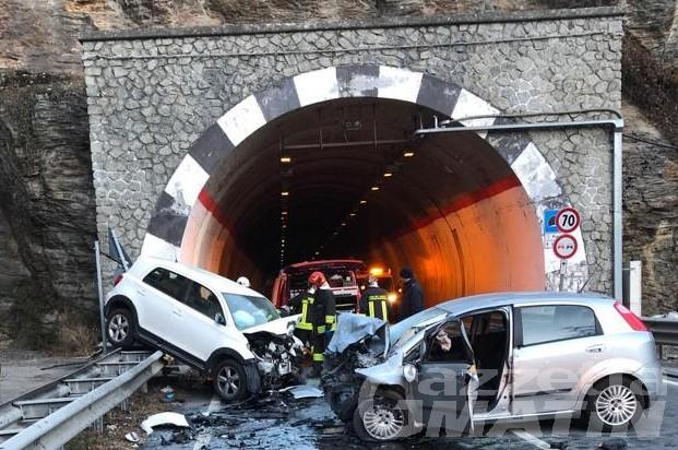 Avise, scontro frontale tra auto, due persone in ospedale