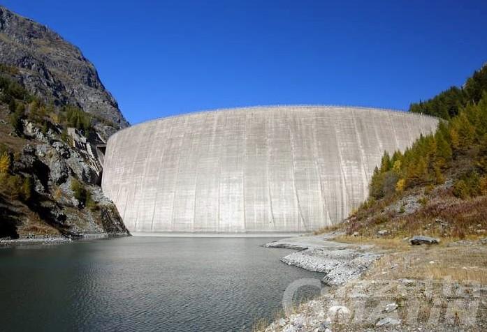 Caldo, la diga di Beauregard scarica l'acqua in eccesso