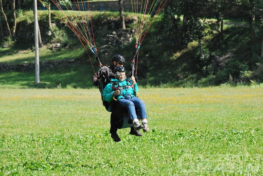 Antey, il parapendio non ha età: nonna Paola in volo a 80 anni