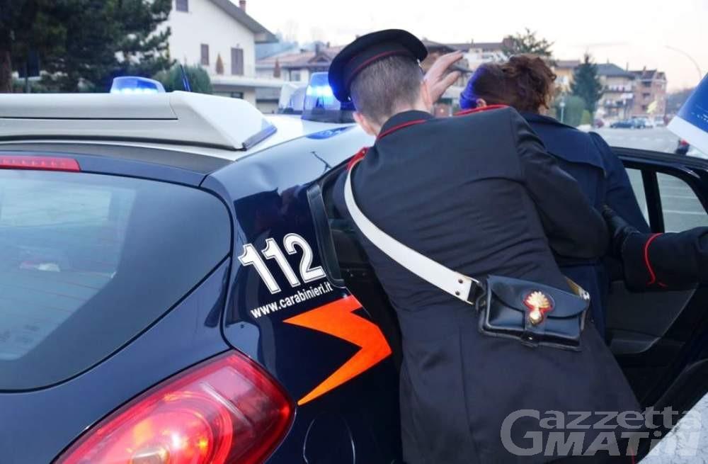 Tenta di rapinare 4 giovani con un coltello, aostano arrestato