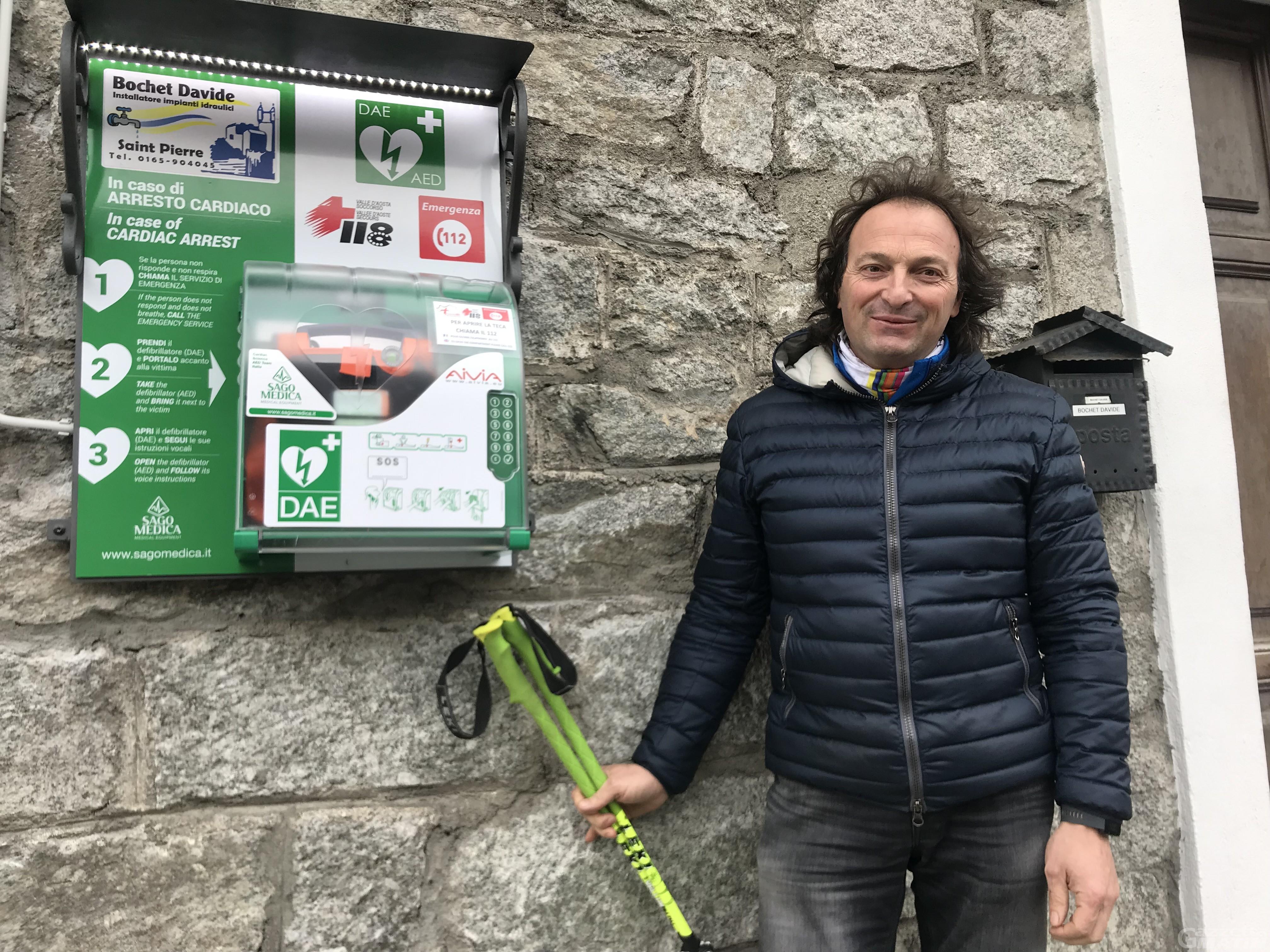 Salvato dopo un arresto cardiaco, dona 5 defibrillatori: la storia di Davide Bochet
