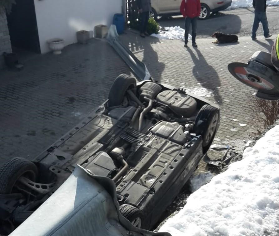 Torgnon, spettacolare incidente stradale: auto si ribalta e finisce la corsa su un piazzale