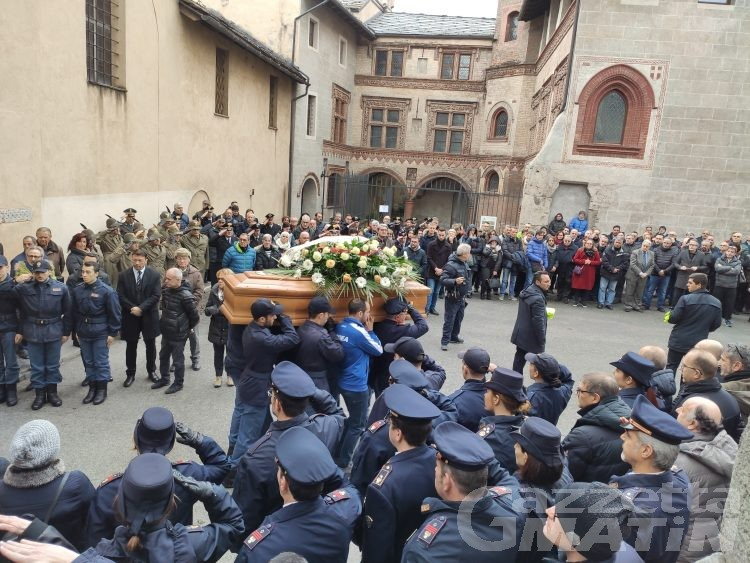 Aosta: una folla commossa saluta l'arbitro Loris Azzaro