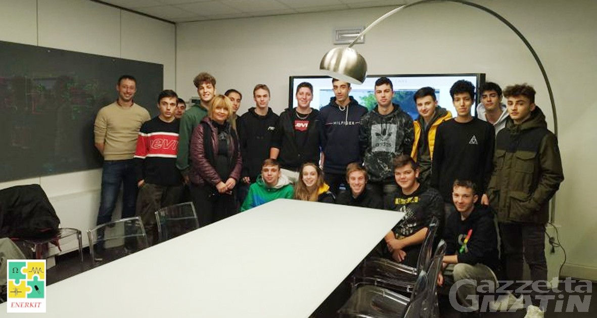 Solidarietà: i ragazzi della 3A dell'ISILTeP di Verrès donano fondi all'Usl
