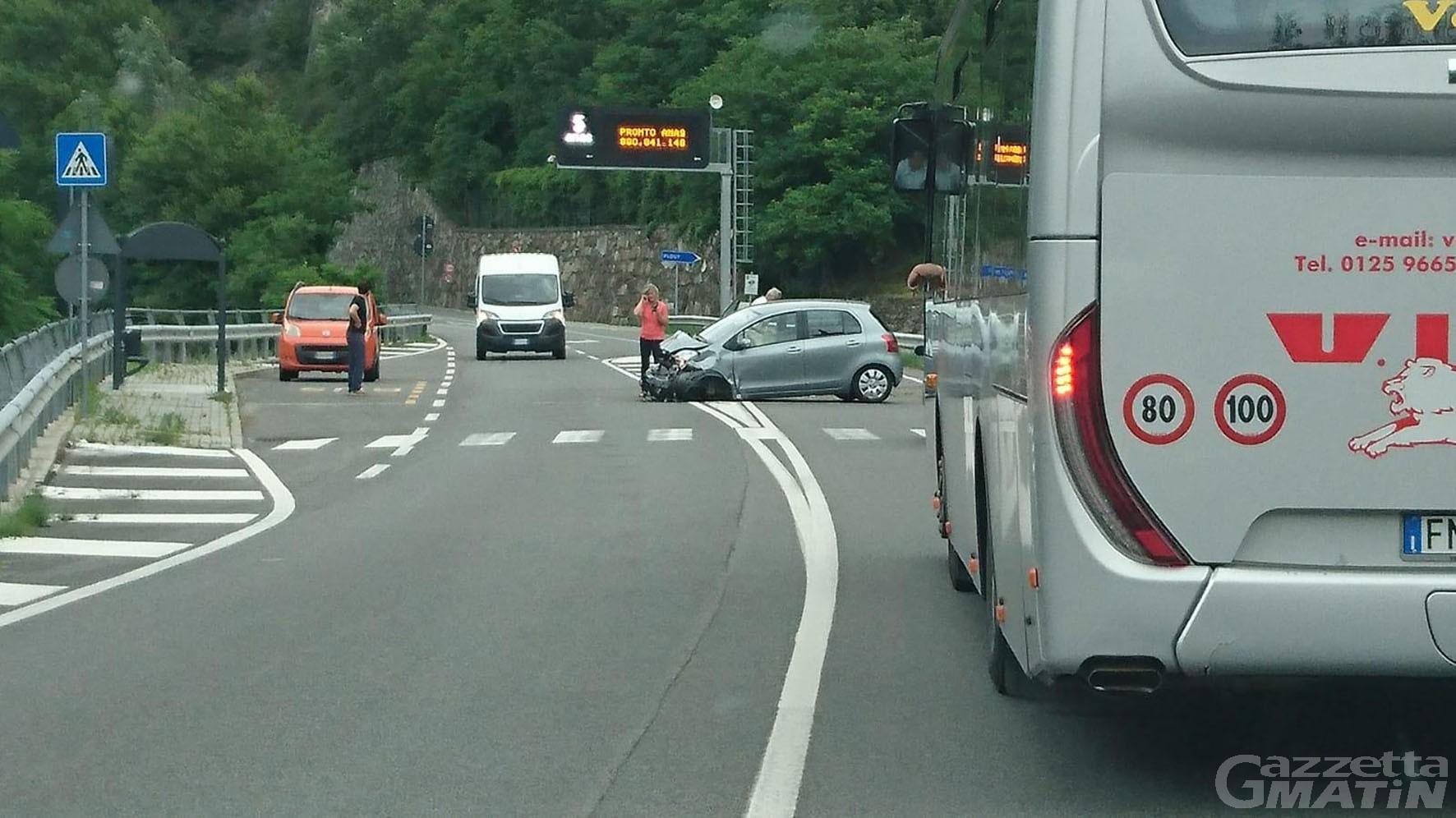 Incidente stradale a Verrès: auto distrutta, illeso il conducente