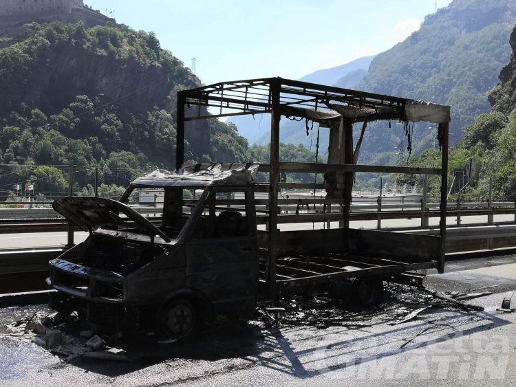 Furgone in fiamme sull'A5, chiuso il tratto tra Verrès e Pont-Saint-Martin