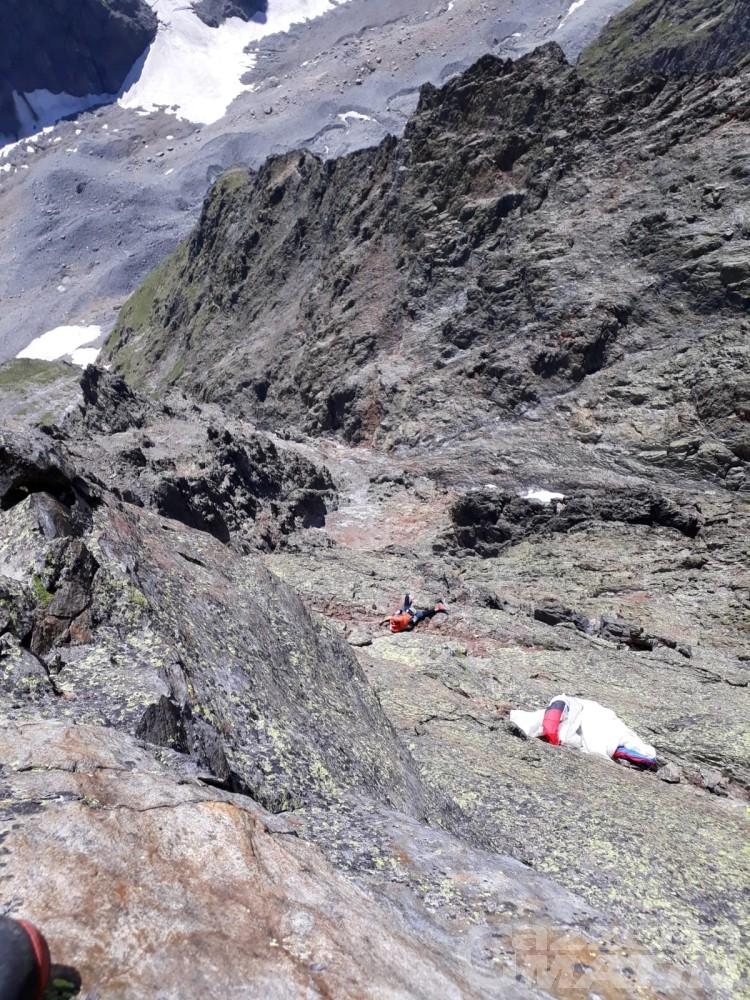 Incidente in montagna: parapendio rimane appeso sulla Cresta del Brouillard