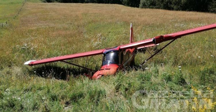 Incidente aereo a Chamois, ultraleggero finisce fuori pista: illesi gli occupanti