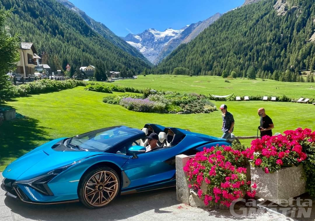 Sian, 819 cavalli, 3 milioni di euro: la prima ibrida Lamborghini sul set fotografico della Valle d'Aosta