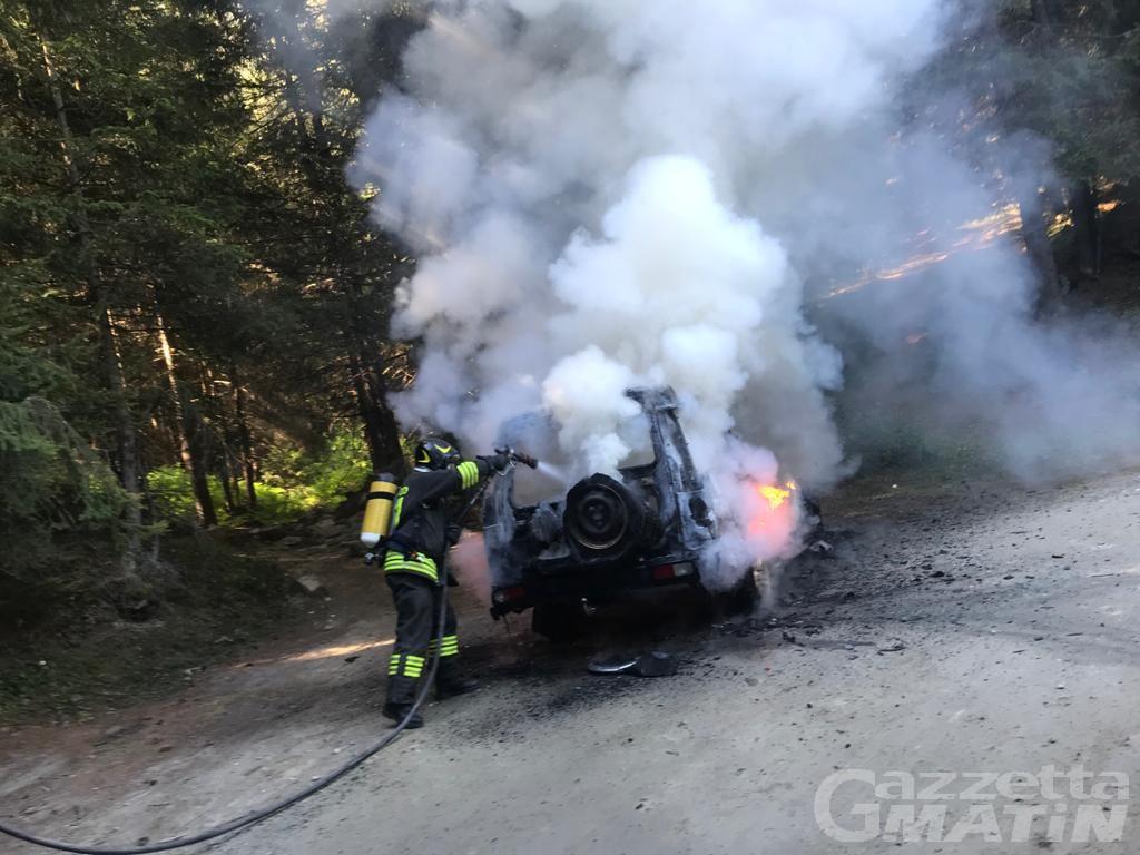 Saint-Marcel, jeep prende fuoco su una strada poderale: nessun ferito