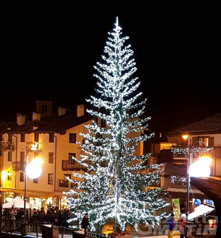 La Thuile, sabato si accende l'albero di Natale solidale