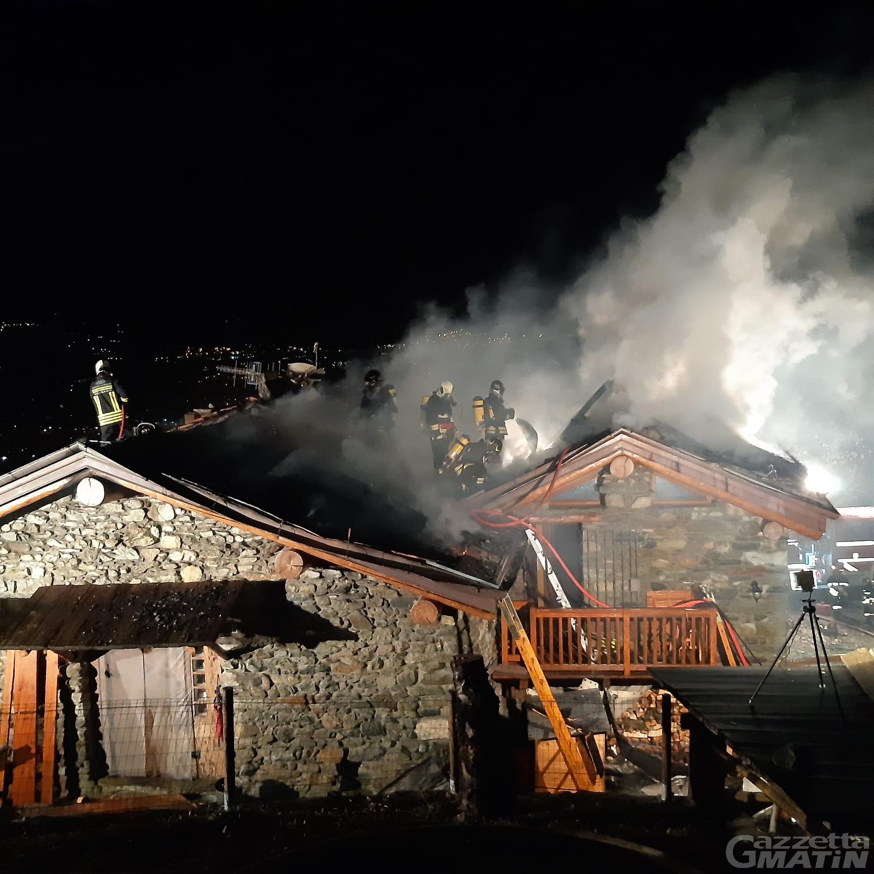 Brissogne, casa in fiamme: 32 vigili del fuoco lavorano 8 ore per domare il rogo
