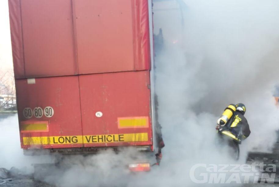 Tir in fiamme sull'A5: intervengono di Vigili del fuoco