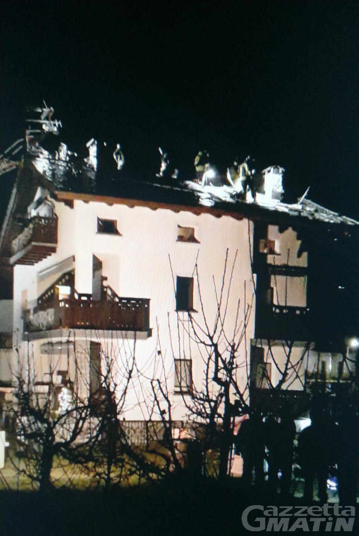 Aymavilles, tetto di casa in fiamme: intervento nella notte dei vigili del fuoco