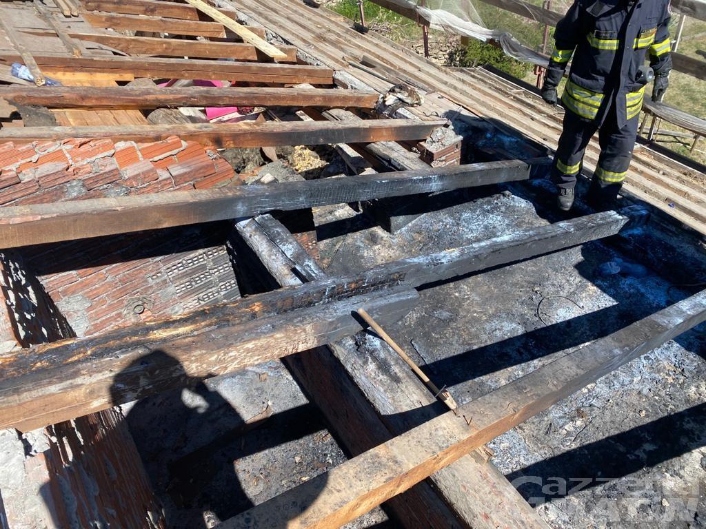 Incendio: a fuoco il tetto di una casa in frazione Torille a Verrès
