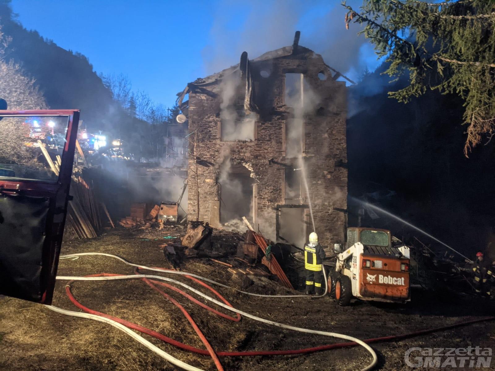 Incendio: distrutta a Les Fabriques di Nus la casa simbolo dell'alluvione 2000