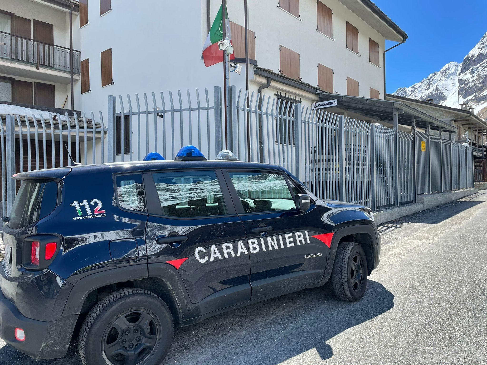 Torgnon, completamente ubriaco rischia di finire contro l'auto dei Carabinieri: patente ritirata