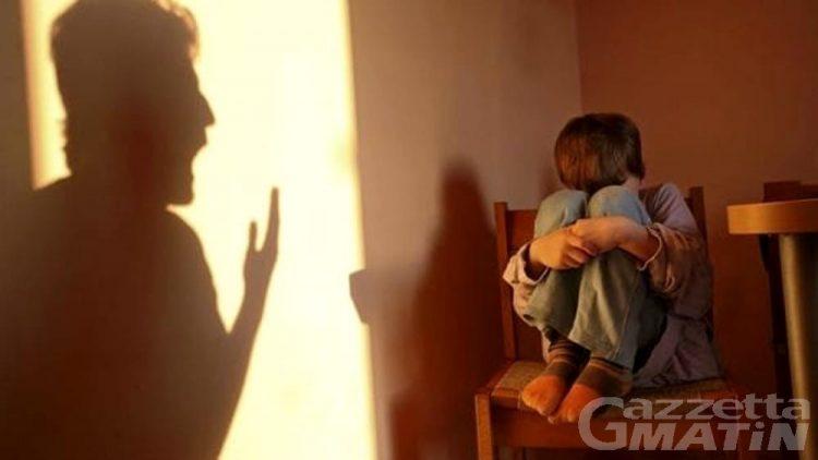 Aosta, botte e insulti ai figli adolescenti: madre finisce ai domiciliari