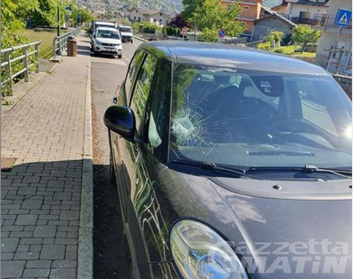 Gressan: vandali scatenati, danneggiati i vetri di 5 autoveicoli
