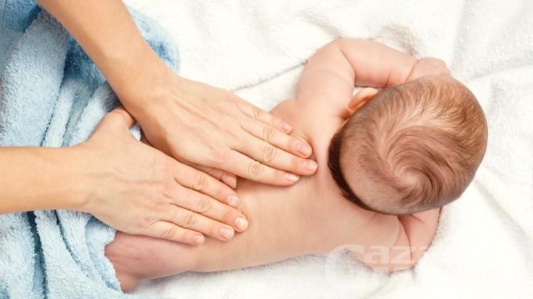 Massaggio infantile, tra conoscenza e ascolto: le mani che riposano