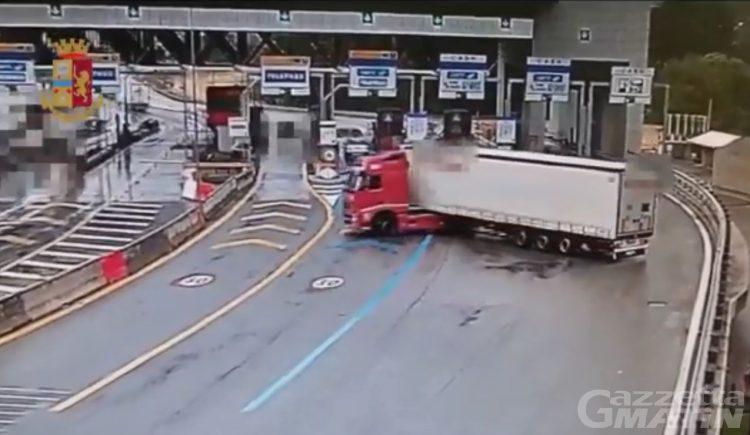 """Autostrada A5, mezzo pesante effettua un'inversione a """"U"""" e percorre un chilometro in contromano"""