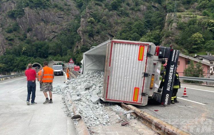 Camion si rovescia sull'A5 e il carico invade le corsie: scoppio di un pneumatico la causa dell'incidente