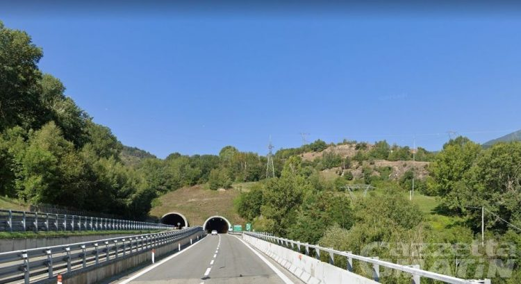 "Segue le indicazioni del navigatore e fa inversione ""a U"" in autostrada: 23enne francese stangata"