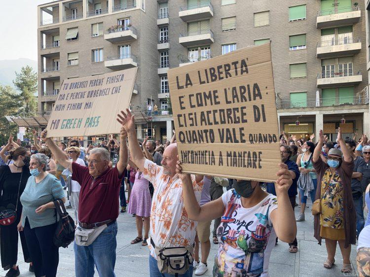 """Green Pass, Aosta: in oltre 500 scendono in piazza contro il """"lasciapassare"""""""
