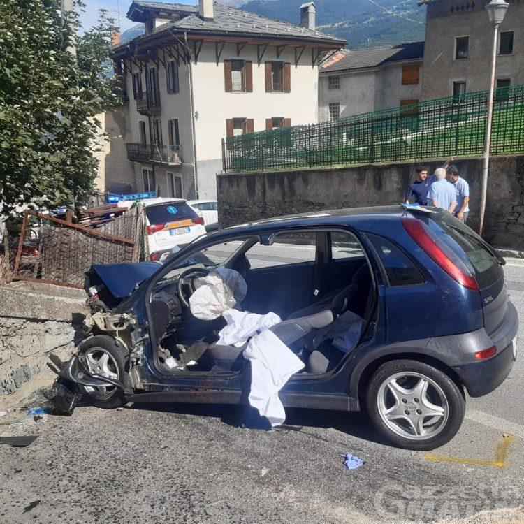 Sarre, auto finisce contro un muro di pietra: intervengono 118 e Vigili del fuoco