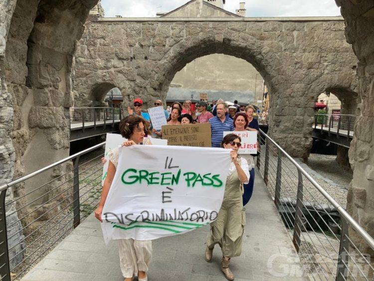 No Green pass: in 200 sfilano nel centro di Aosta, «andremo avanti perché è giusto»