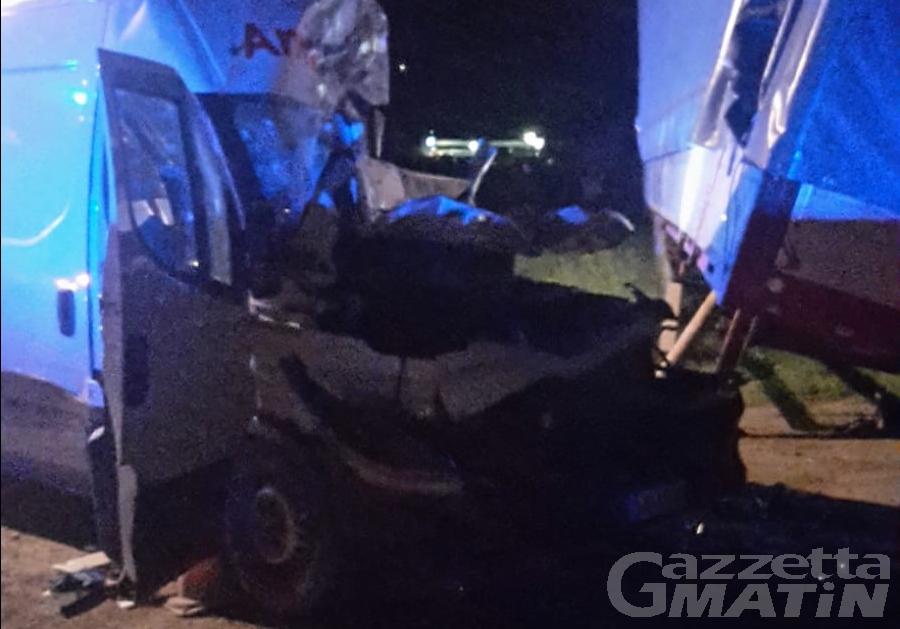 Furgone finisce contro un camion a La Salle: grave un 50enne