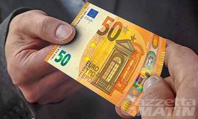 Aosta: paga con banconote false, due rider lo smascherano e avvertono la polizia