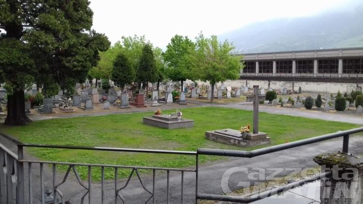 Cimitero di Aosta, acido sulle tombe: scattata la denuncia, ma non ci saranno altre telecamere