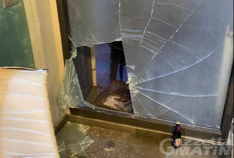 Furto al bar Cristallo di Aosta, vetrina sfondata con un tombino: «Oltre 3 mila euro di danni»