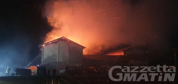 Incendio, le fiamme distruggono un fienile a Verrès